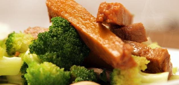 seitán con brócoli y champiñones