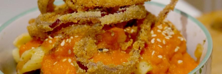 Receta de Khosari de lentejas y macarrones con aros de cebolla