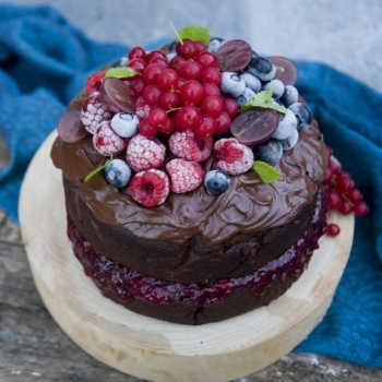 Bizcocho vegano de chocolate con frutos rojos